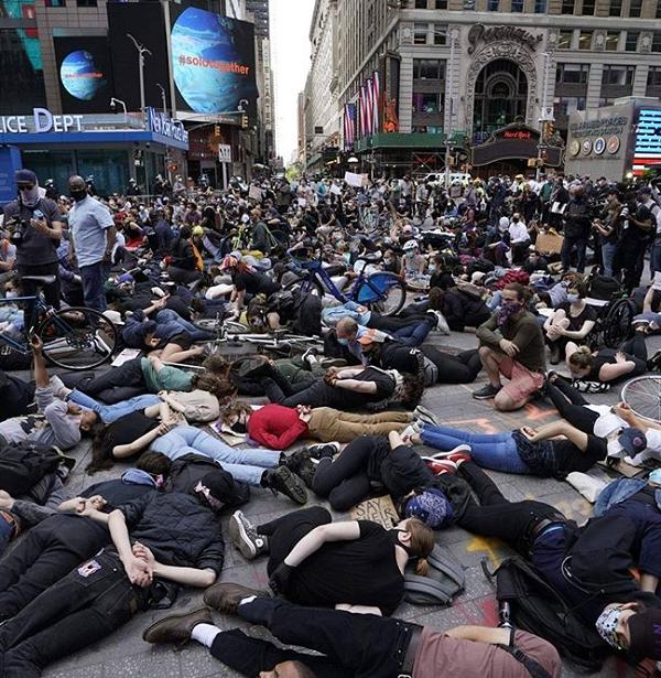 حرکت نمادین معترضان برای تداعی آخرین لحظات زندگی فلوید + عکس