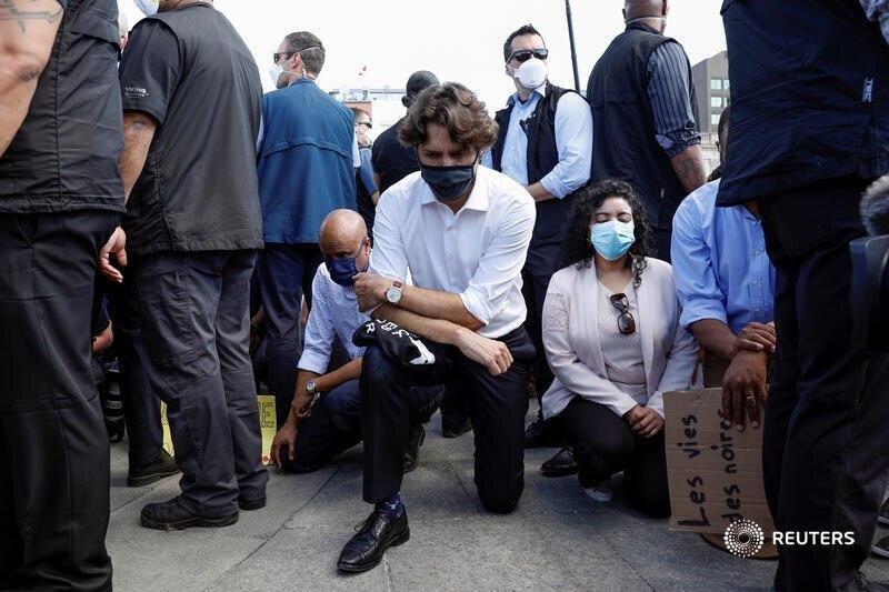 زانو زدن ترودو برای معترضان آمریکا