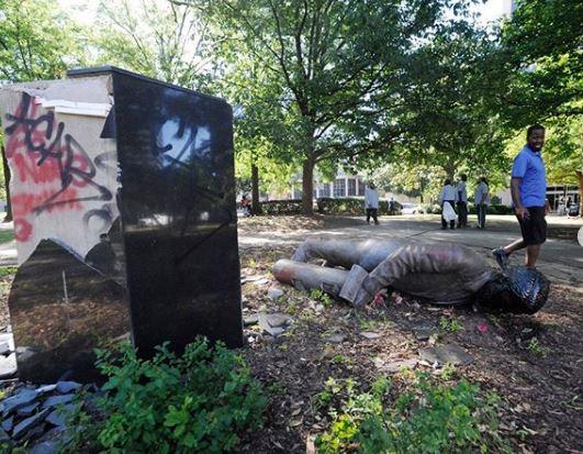 حمله تظاهراتکنندگان آمریکایی به مجسمه ها + عکس