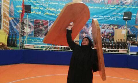 کباده کشی یک بانوی تهرانی در زورخانه جنجالی شد + عکس