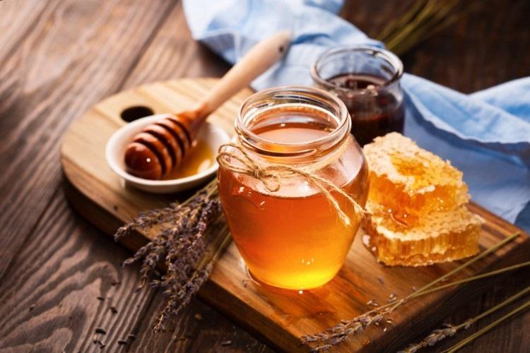 فواید شگفت انگیز خوردن عسل قبل خواب