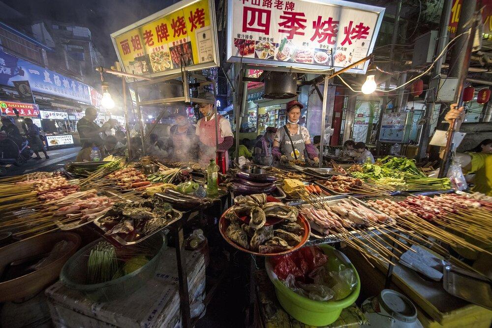 بازار داغ چین در روزهای شیوع دوباره کرونا + عکس