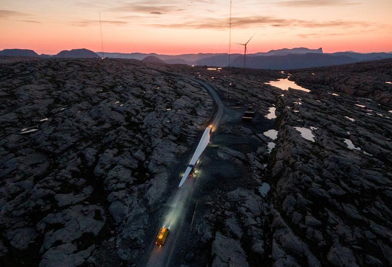 حمل یک پره هفتاد متری از توربین بادی در نروژ + عکس