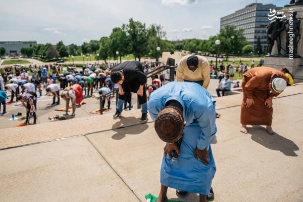 نماز جماعت معترضان به نژادپرستی در آمریکا + عکس