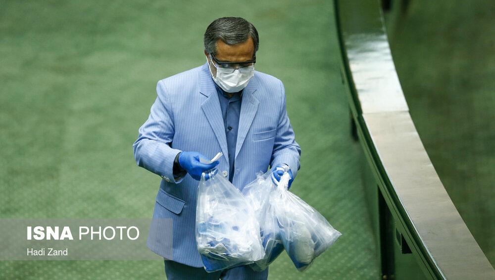 توزیع ماسک در صحن علنی مجلس + عکس