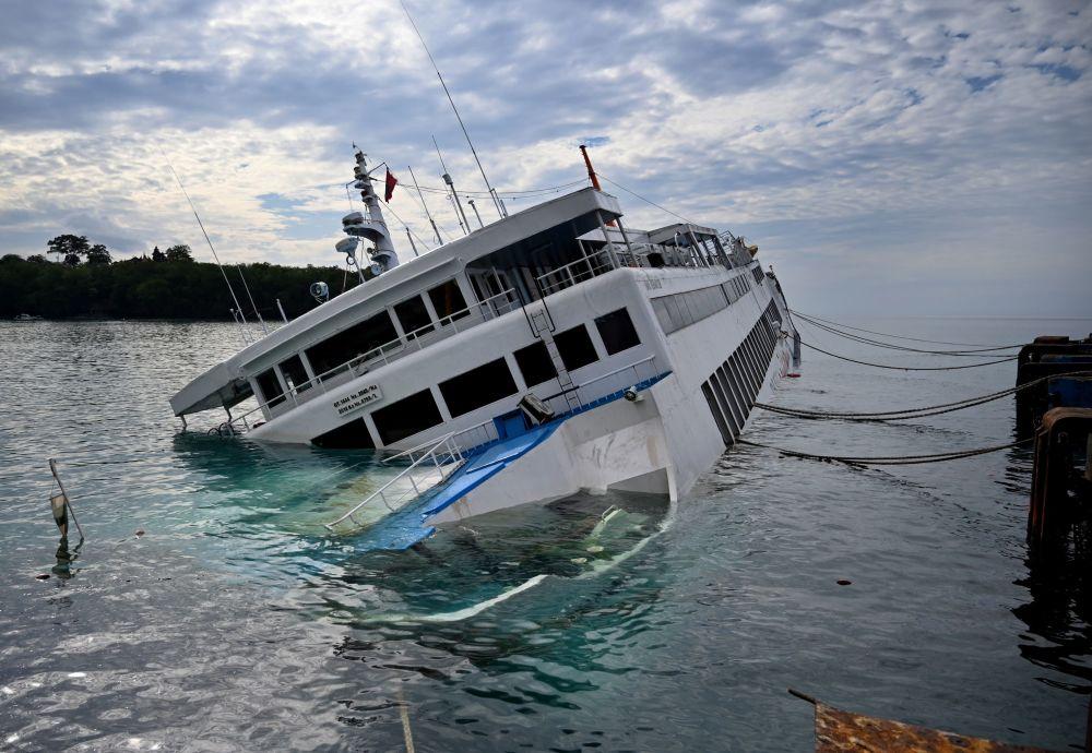 لحظه غرق شدن یک قایق تفریحی + عکس