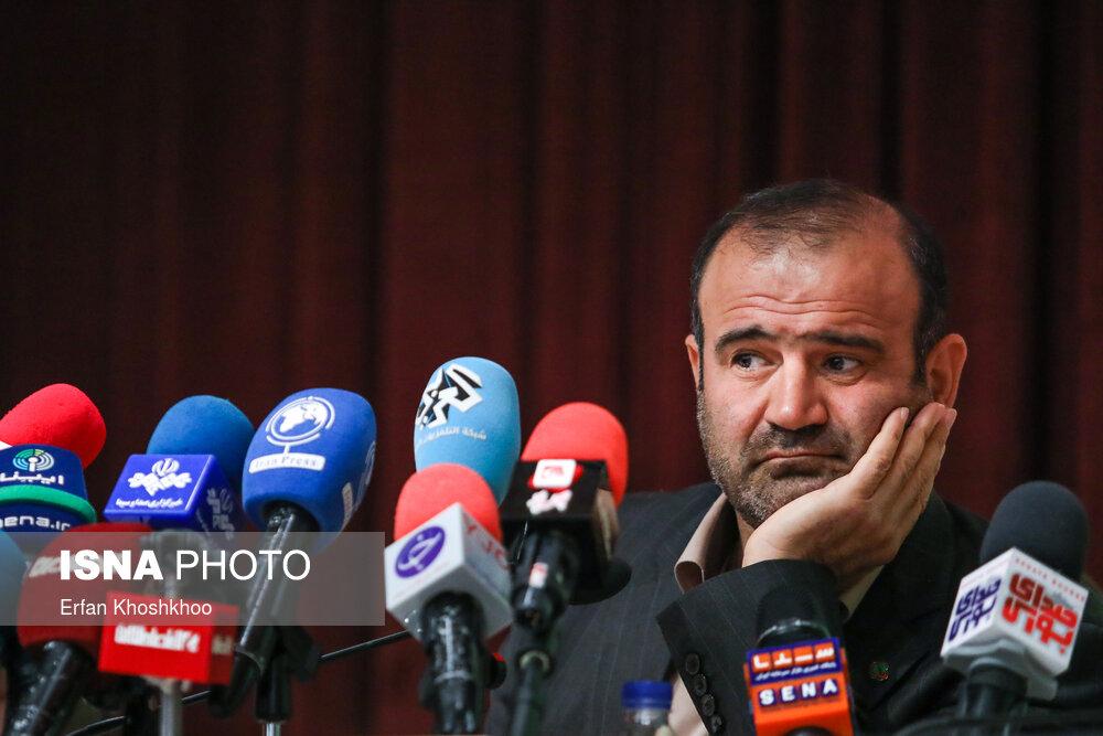 ژست رئیس سازمان بورس در نشست خبری + عکس