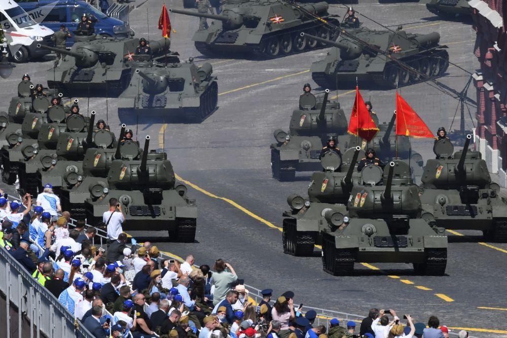 نمایش نفربرها و تانک های مدرن روسی در رژه مسکو + عکس