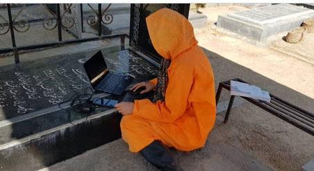 طلبه غسال شیرازی پای جلسه امتحان مجازی + عکس