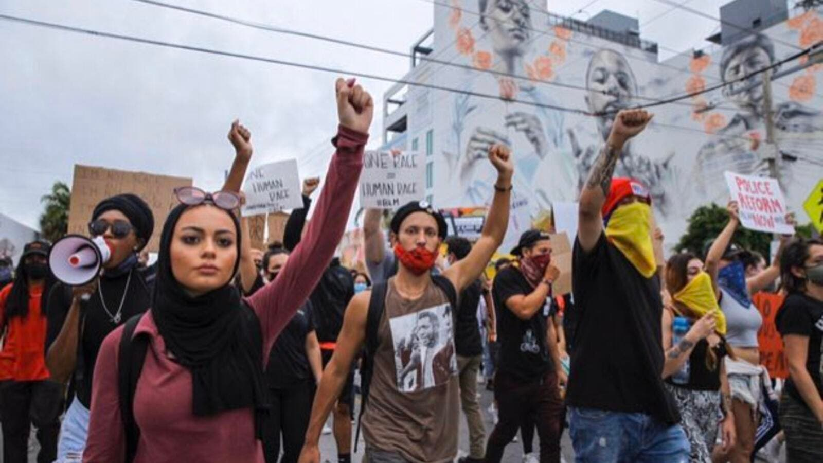 حمله پلیس آمریکا به دختر مسلمان + عکس