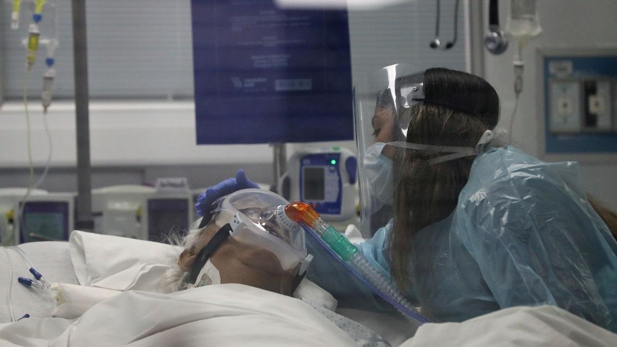 خداحافظی اعضای خانواده از یک بیمار کرونایی در حال مرگ + عکس