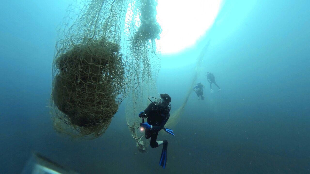 جمعآوری تورهای سرگردان از دریا + عکس