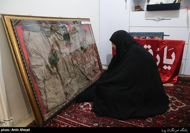 اهدای لباس تفحص شده شهید الله کرم به خانواده ایشان + عکس