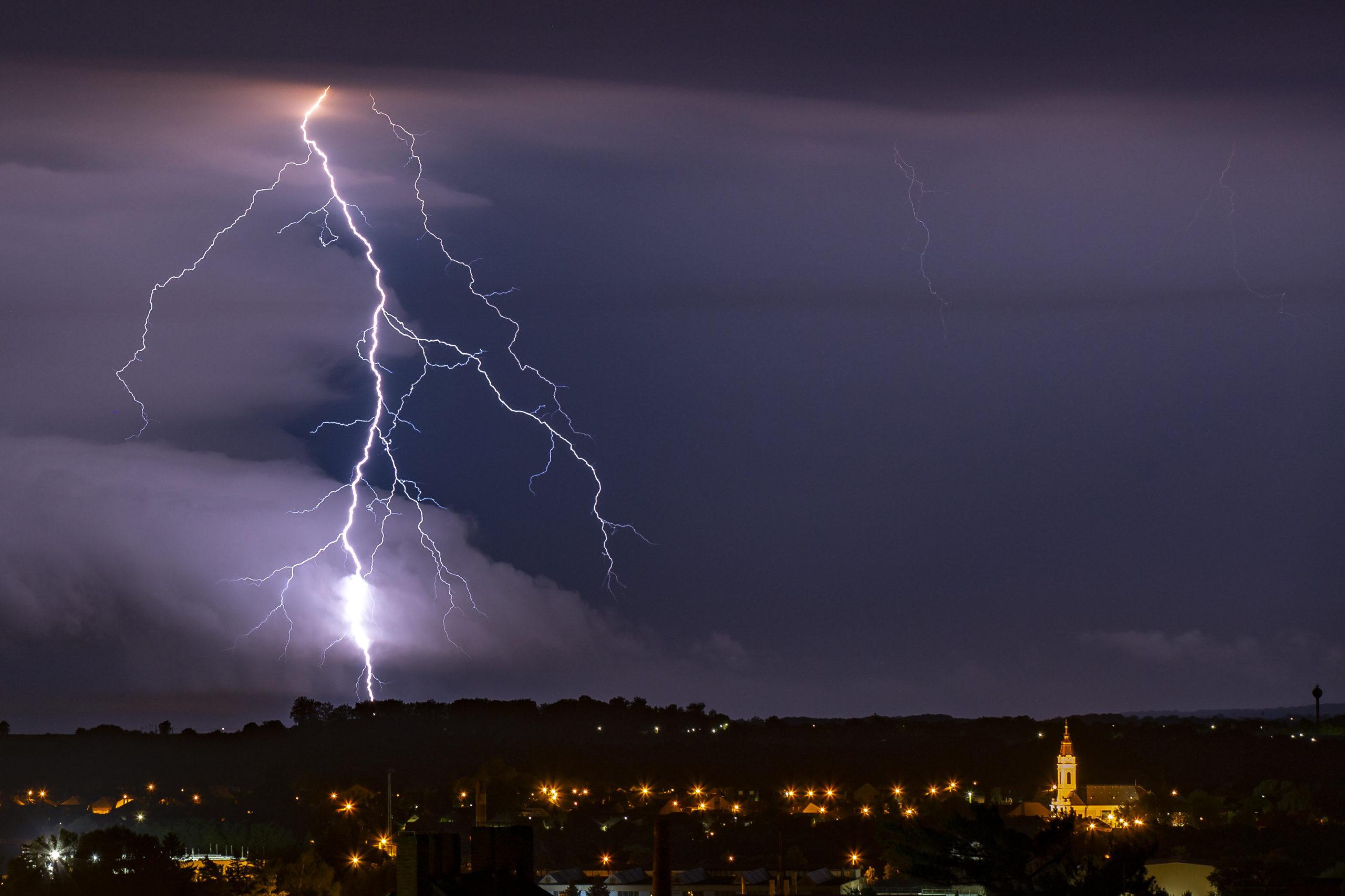 رعد و برق دیدنی در آسمان مجارستان + عکس