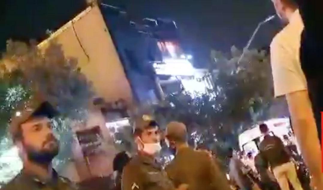 تجمع مردم و بازماندگان افراد مصدوم و کشته شده در انفجار کلینیک سینا + فیلم