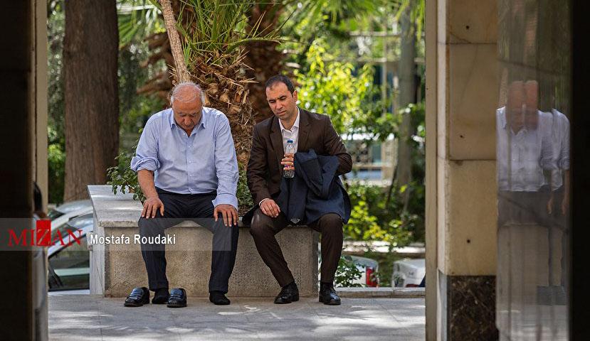 حال ابر بدهکار بانکی بیرون از جلسه دادگاه + عکس