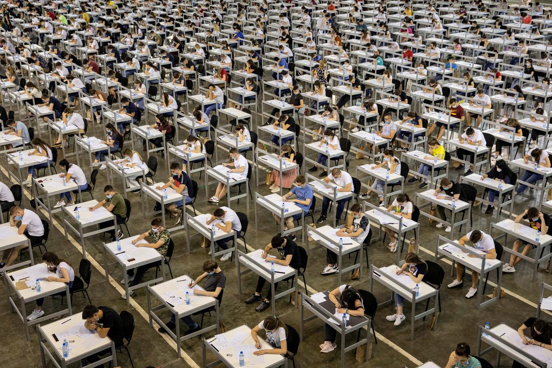 برگزاری آزمون دانشگاه با رعایت فاصله اجتماعی + عکس