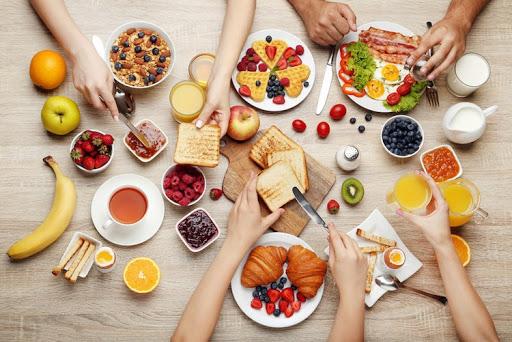 کدام مواد غذایی نباید با شکم خالی مصرف شوند؟ / اینفوگرافیک