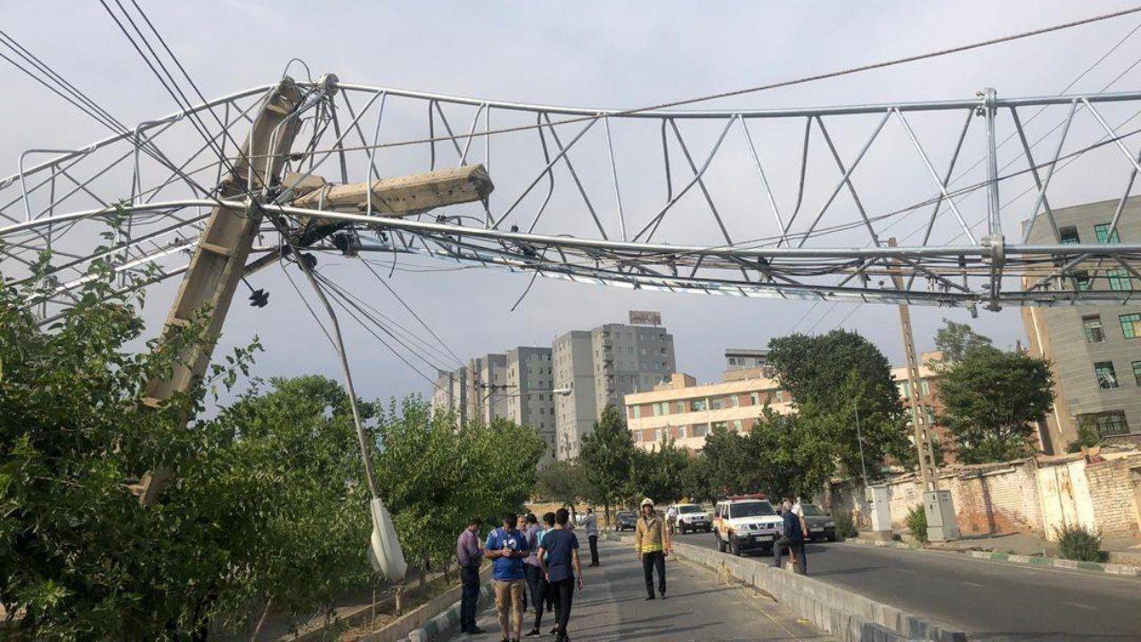 سقوط دکل مخابراتی در تهران + عکس