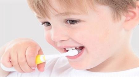 استفاده  از خمیر دندان برای این کودکان ممنوع