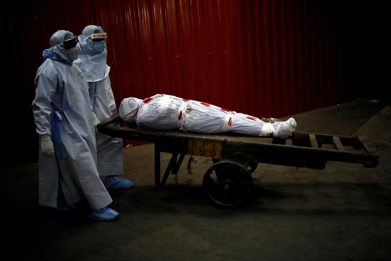 شیوه انتقال اجساد قربانیان کرونا در هند + عکس