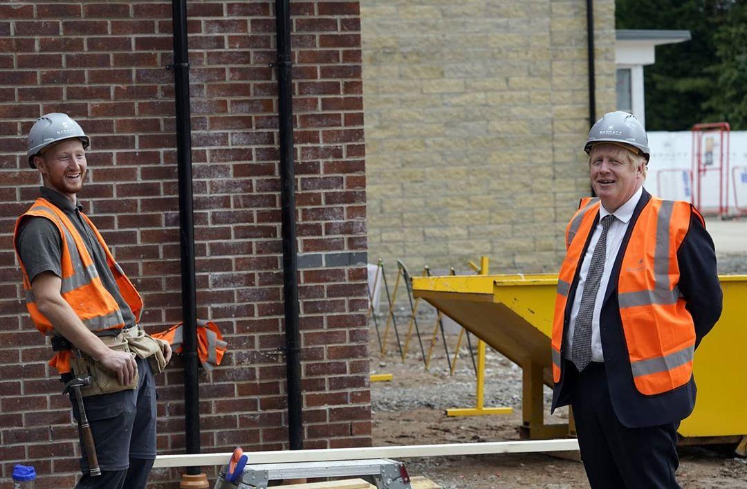 نخست وزیر انگلیس در حال بنایی! + عکس
