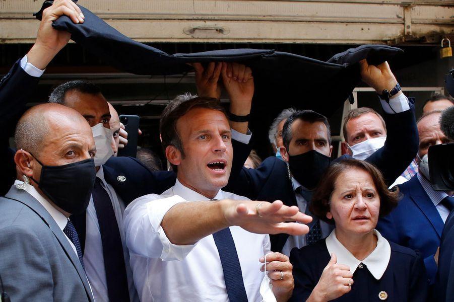 چتر امنیتی برای ماکرون در محل انفجار بندر بیروت! + عکس