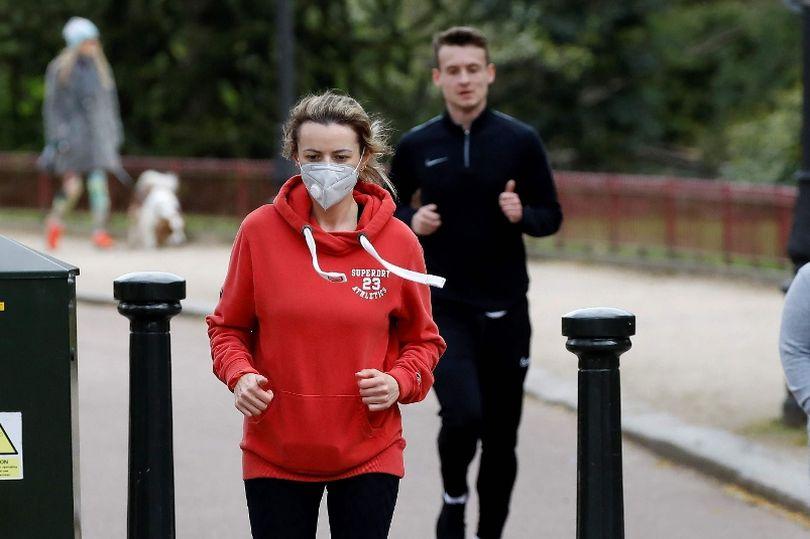 هنگان راه رفتن دویدن ماسک بزنیم یا نه؟