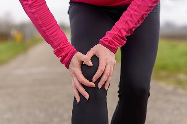 تق تق زانو بدون درد و با درد چه دلایلی دارد؟