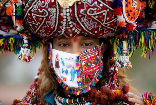 پوشش و ماسک جالب یک شرکت کننده در مراسم آئینی هند + عکس