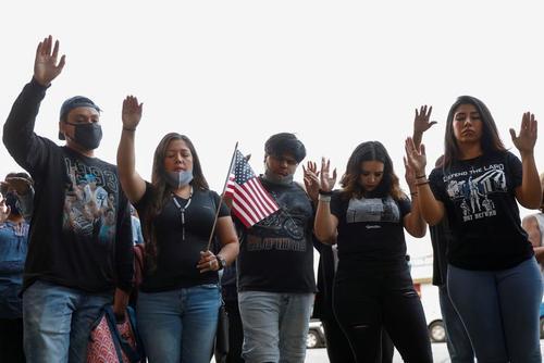 دعا کردن آمریکایی ها برای دو معاون پلیس در بیمارستان + عکس