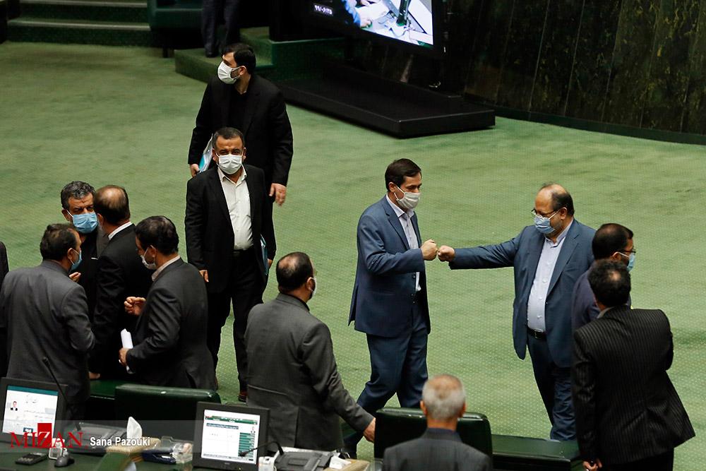 شیوه جدید دست دادن نمایندگان مجلس به خاطر کرونا + عکس