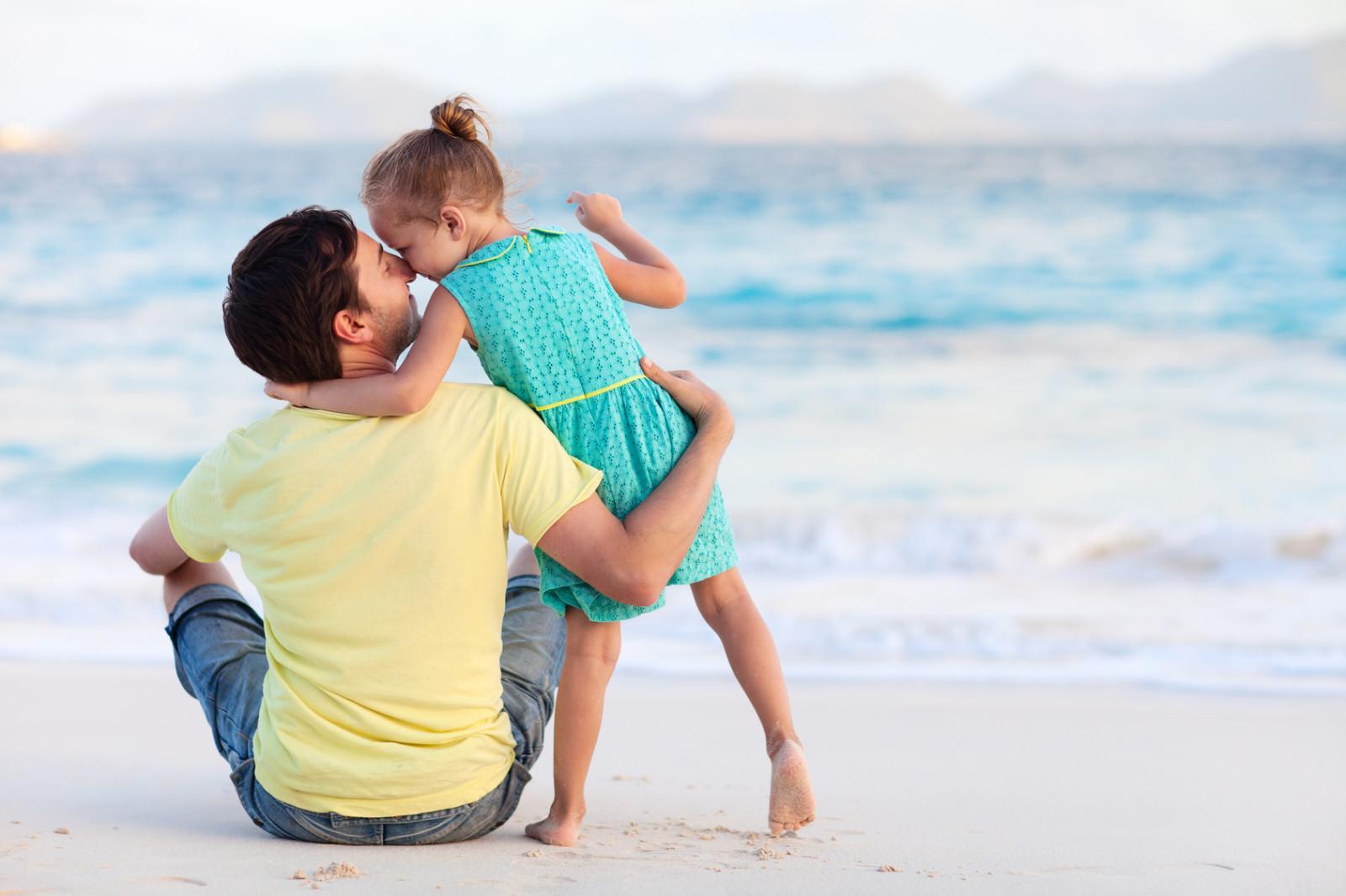 پدرها چگونه باید با دخترهایشان  رفتار کنند؟