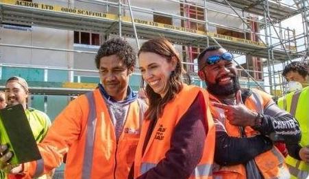 تصویر خانم نخستوزیر با جمعی از کارگران جنجال بپا کرد + عکس
