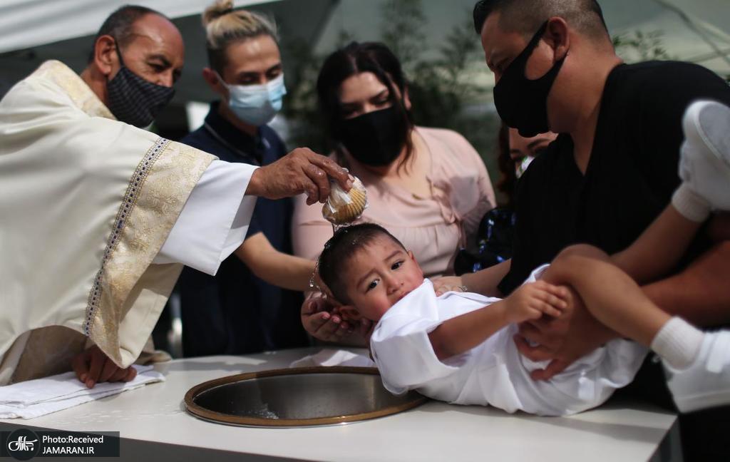 غسل تعمید یک کودک در میان همه گیری کرونا + عکس