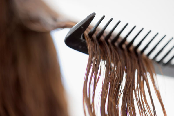 هرگز موهای خیس را شانه نکنید!