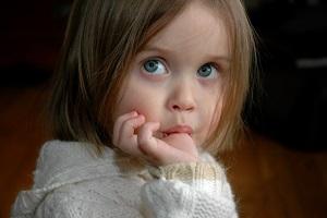 چرا برخی کودکان انگشت خود را می مکند؟