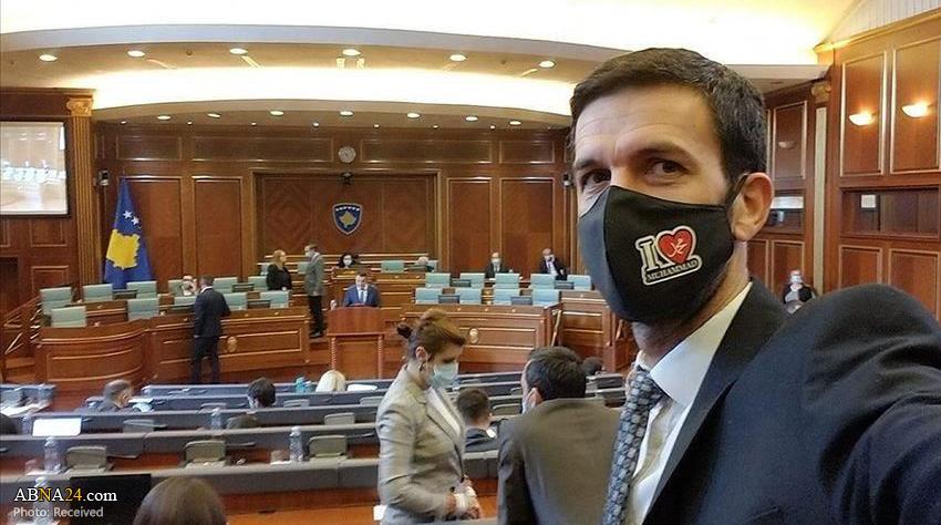 نماینده کوزوو با ماسک «محمد دوستت دارم» در مجلس + عکس