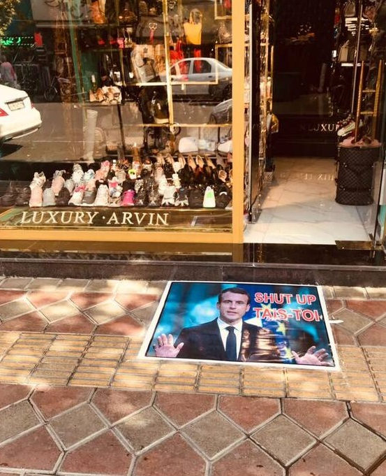 عکس/ واکنش یک مغازهدار ایرانی به اهانت ماکرون