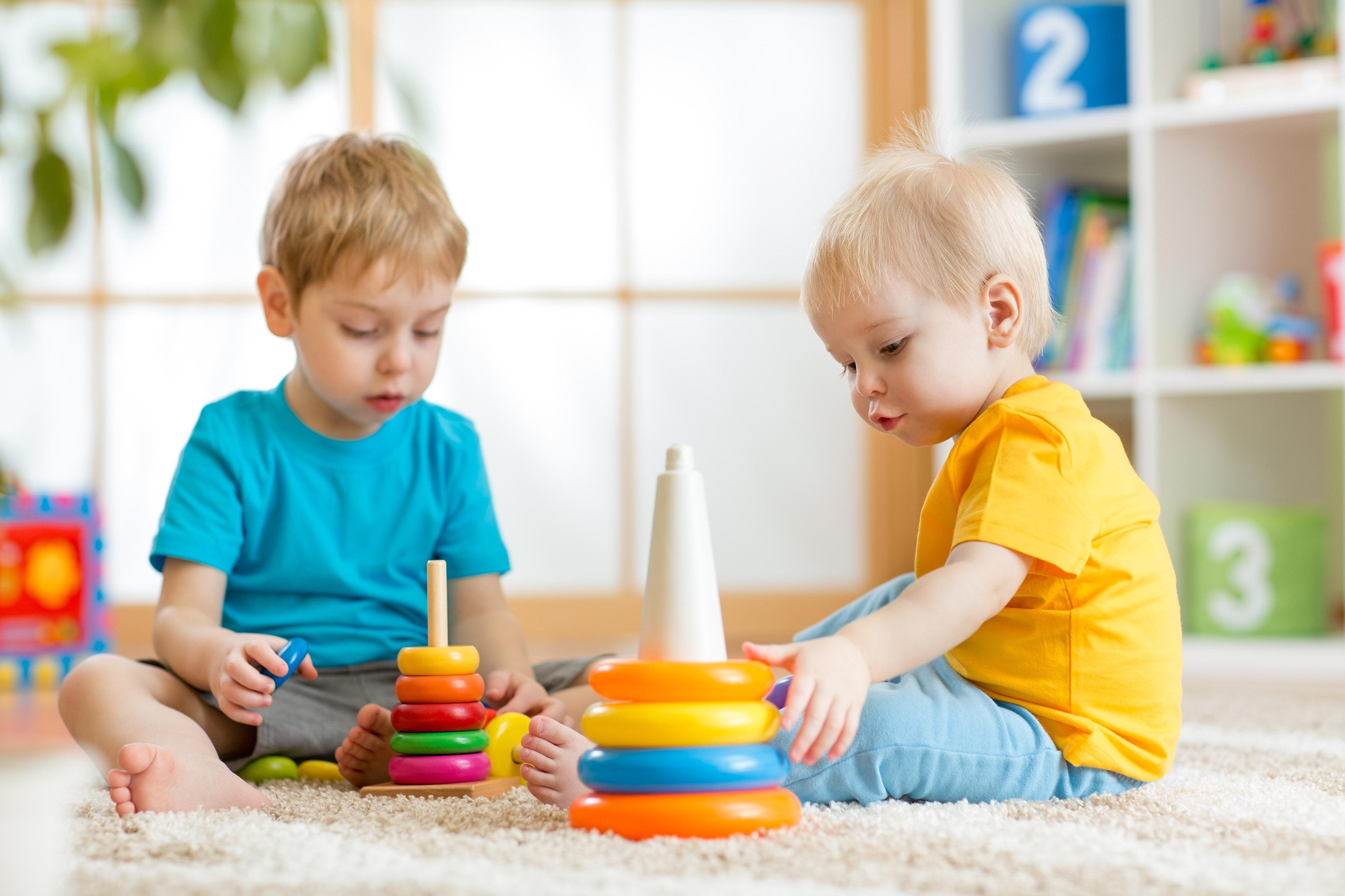 در انتخاب اسباب بازی متناسب با سن کودک دقت کنید