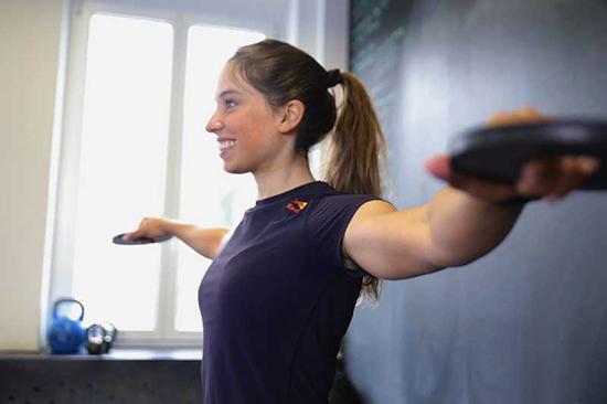 سفت کردن بازوهای شل با چند تمرین ساده 