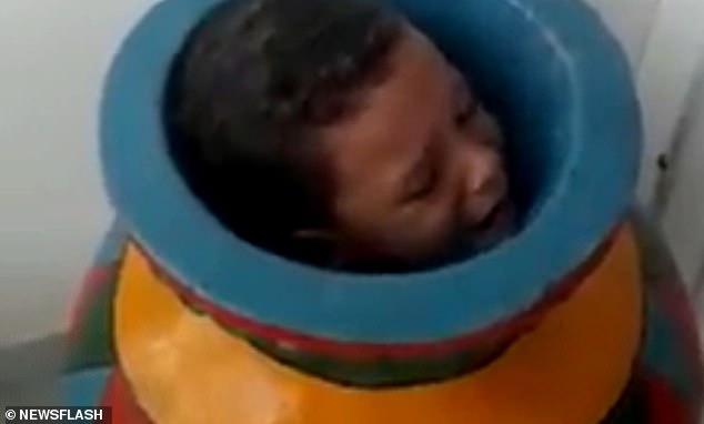 گیرکردن پسر ۶ ساله بازیگوش درون کوزه قدیمی +عکس