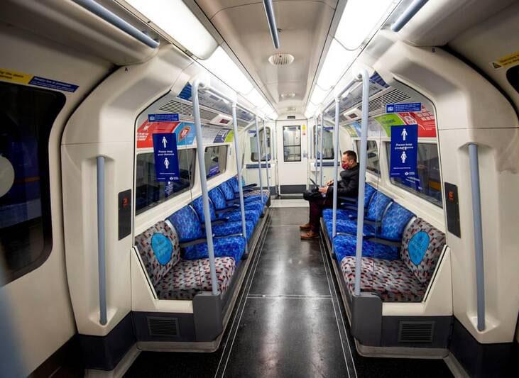 سکوت در مترو انگلیس + عکس