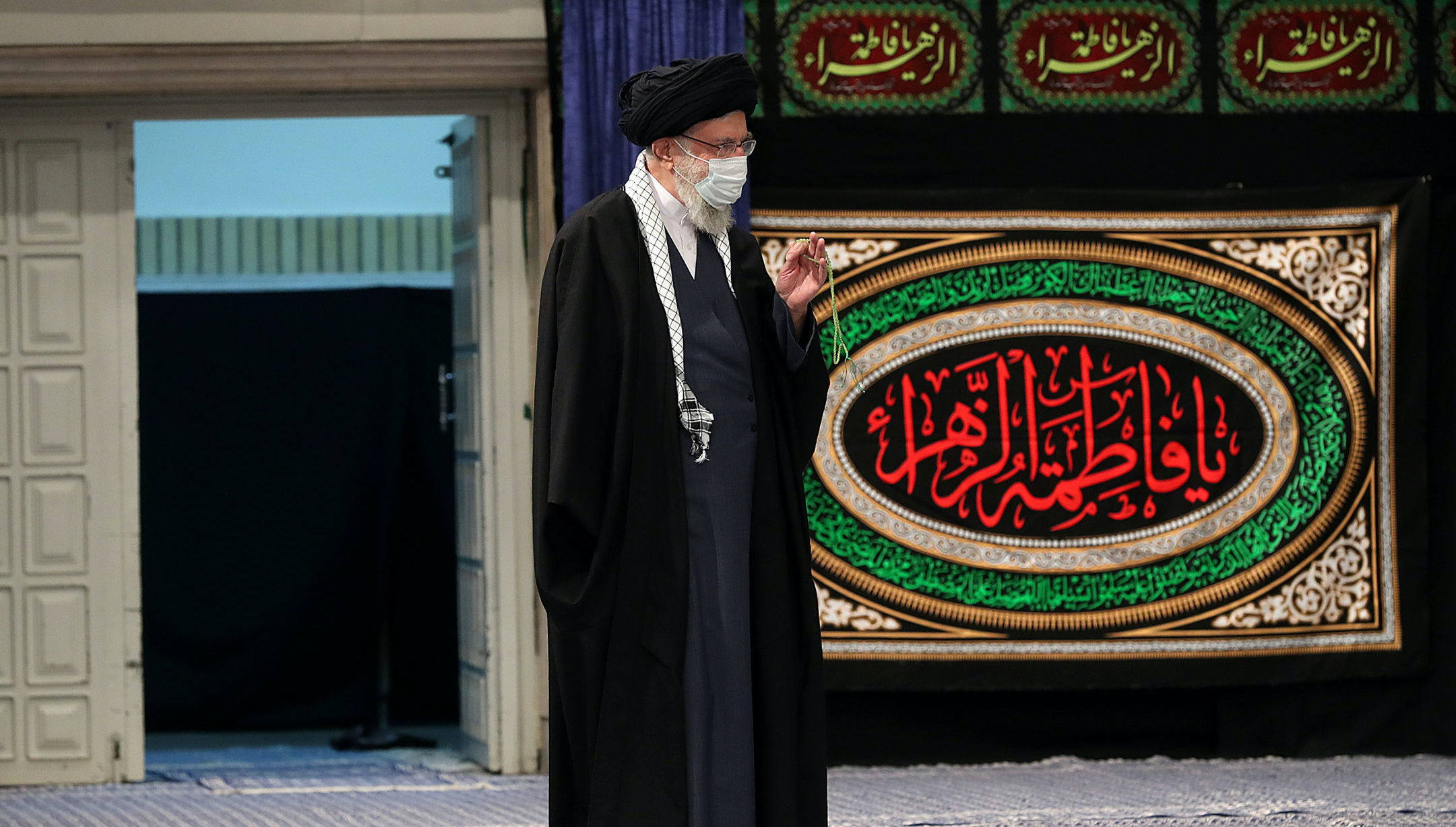 لحظه ورود رهبر انقلاب در مراسم عزاداری شام شهادت حضرت فاطمه زهرا(س) + عکس