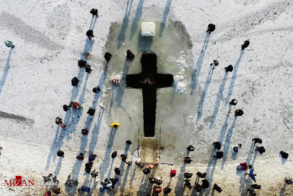 غسل تعمید مسیحیان در آب سرد دریاچه یخ زده + عکس