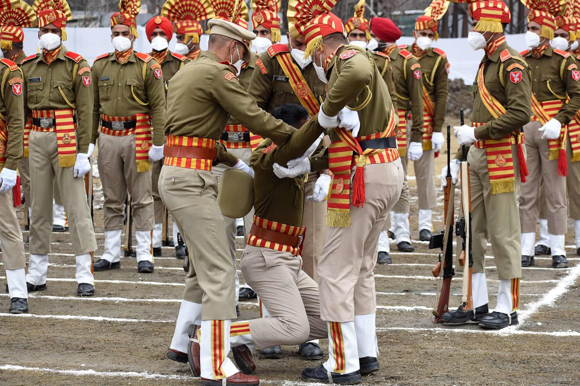 غش کردن یک سرباز هندی در مراسم رسمی روز جمهوری هند + عکس