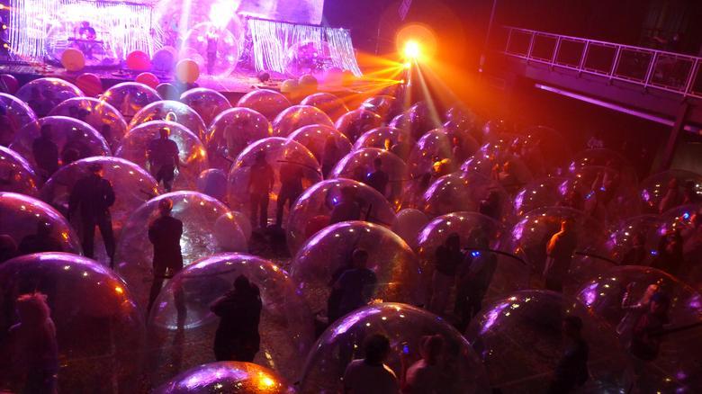 شرکت کنندگان کنسرت داخل حباب + عکس