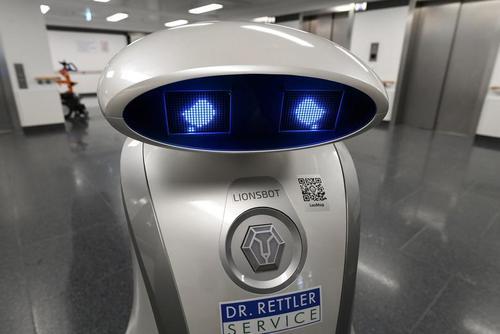 گریه های یک روبات تمیز کننده سطوح در بیمارستان + عکس