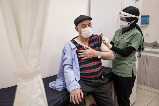 آغاز واکسیناسیون کرونا برای افراد بالای ۸۰ سال در ترکیه + عکس