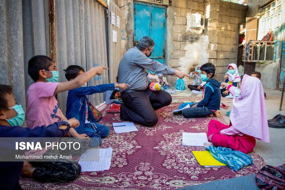 تدریس در خیابان؛ کار تحسین برانگیز یک معلم + عکس